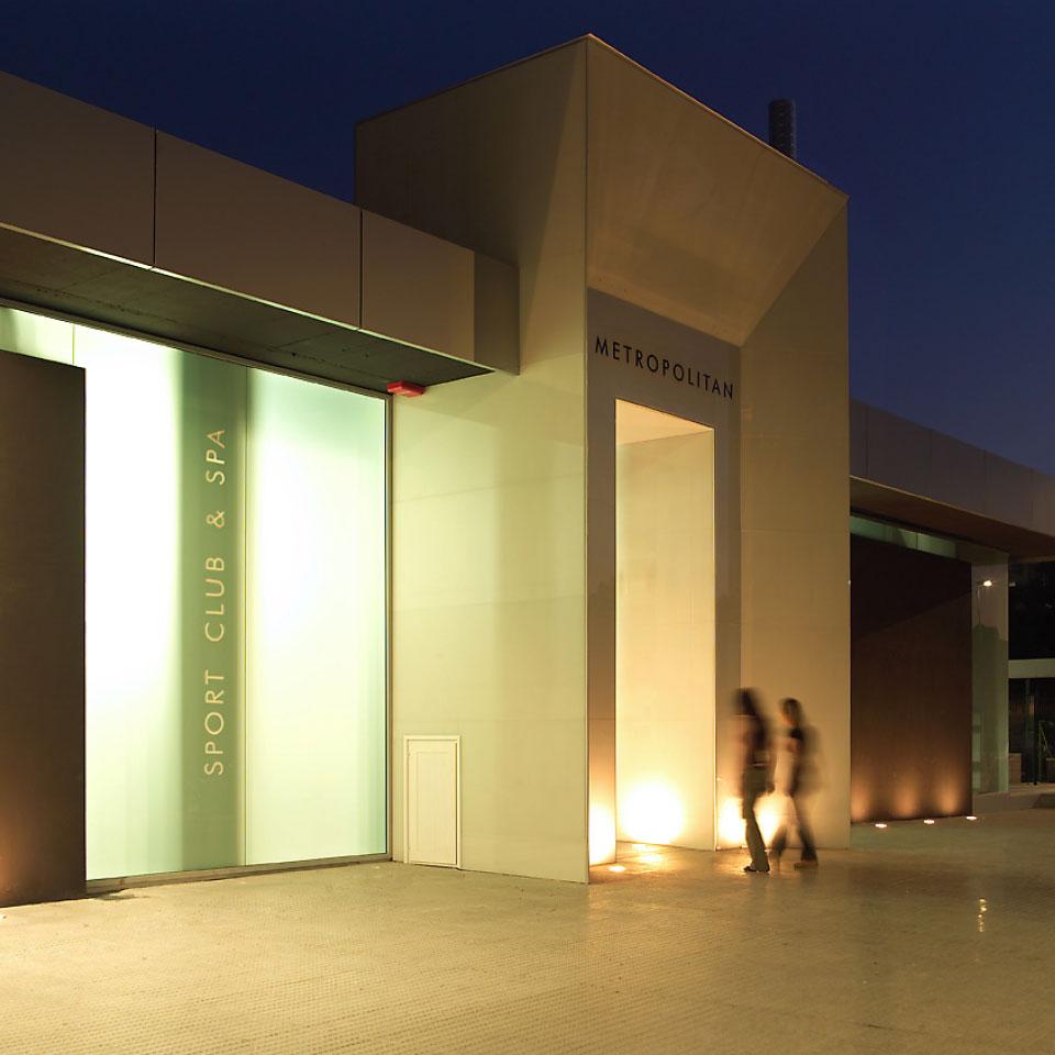 Proyecto arquitectura edificio comercial. Vista exterior nocturna