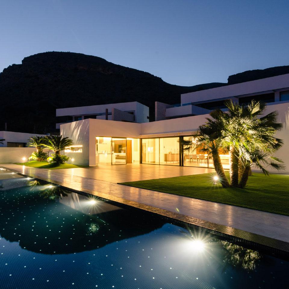 Proyecto arquitectura vivienda unifamiliar. Vista exterior nocturna